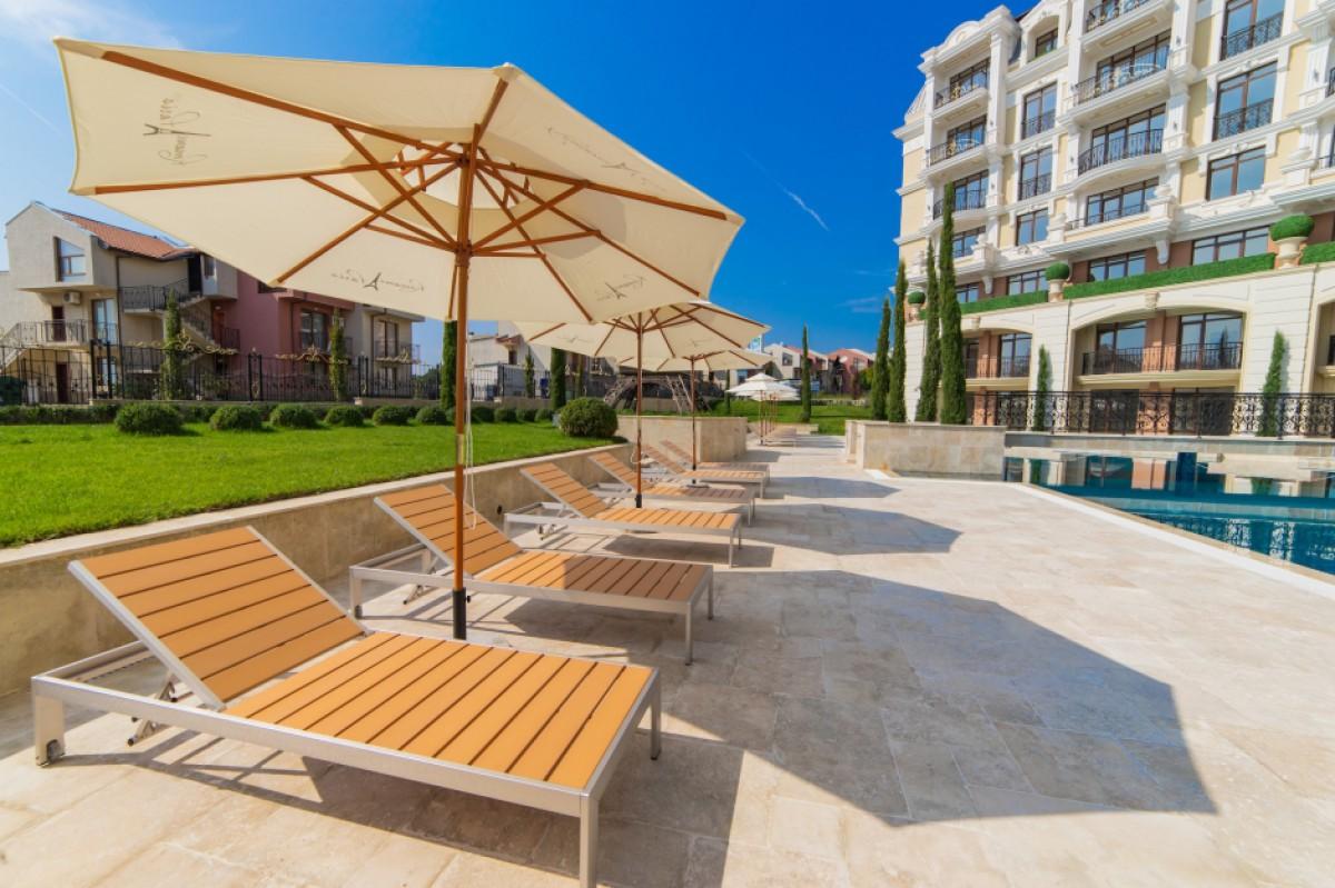 Зона за отдих край басейна на комплекс Romance Paris в Свети Влас България